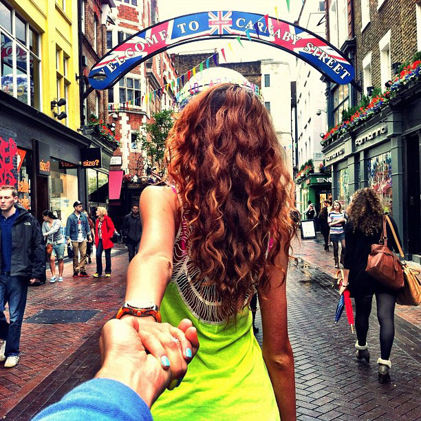 photographer-follows-girlfriend-around-the-world-holding-hand-photo-series-1.jpg