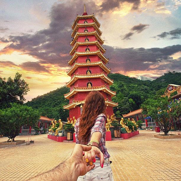 photographer-follows-girlfriend-around-the-world-holding-hand-photo-series-13.jpg