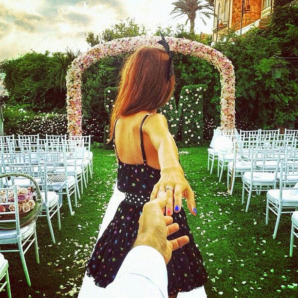 photographer-follows-girlfriend-around-the-world-holding-hand-photo-series-14.jpg