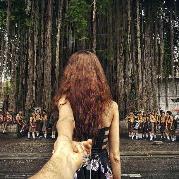 photographer-follows-girlfriend-around-the-world-holding-hand-photo-series-16.jpg