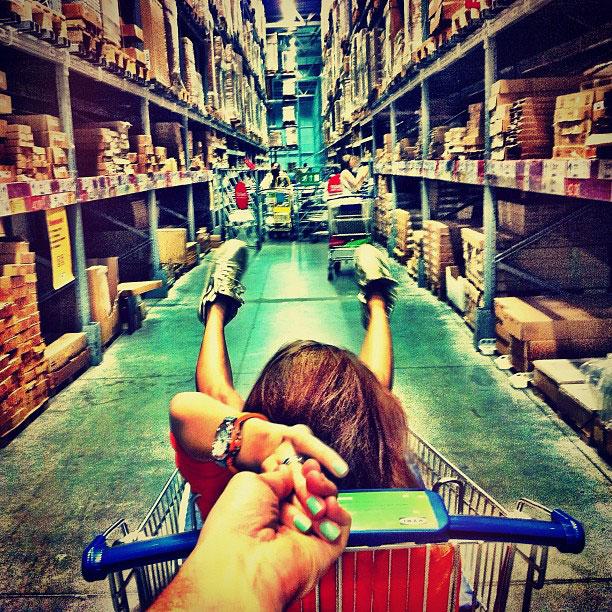 photographer-follows-girlfriend-around-the-world-holding-hand-photo-series-4.jpg