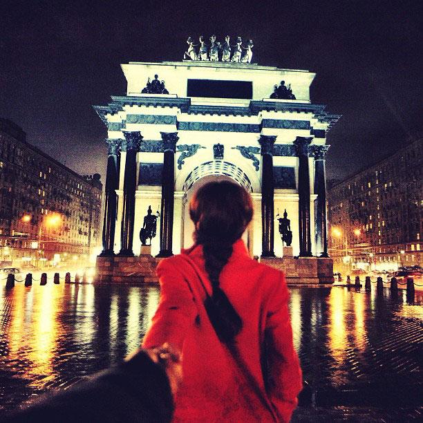 photographer-follows-girlfriend-around-the-world-holding-hand-photo-series-5.jpg