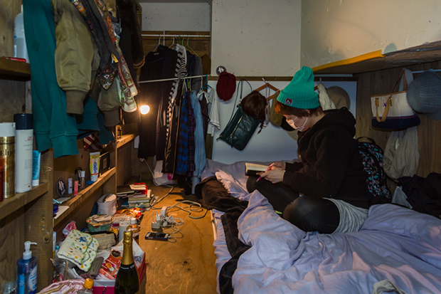 won_kim_enclosed04-jpg.23361_Portraits Of Backpackers Living In A Tiny, Hidden Hotel In Tokyo_Asia_Squat the Planet_4:55 AM