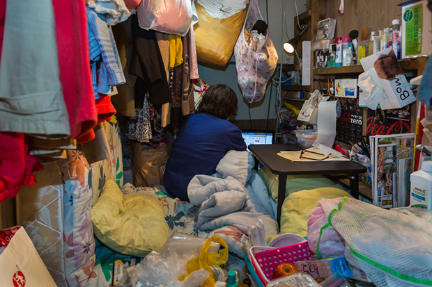 won_kim_enclosed05-jpg.23362_Portraits Of Backpackers Living In A Tiny, Hidden Hotel In Tokyo_Asia_Squat the Planet_4:55 AM
