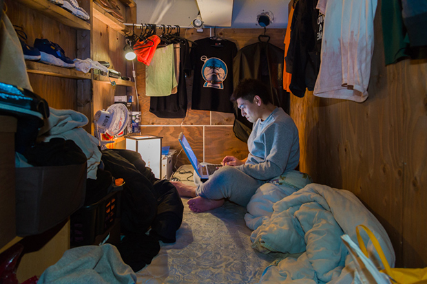 won_kim_enclosed06-jpg.23363_Portraits Of Backpackers Living In A Tiny, Hidden Hotel In Tokyo_Asia_Squat the Planet_4:55 AM
