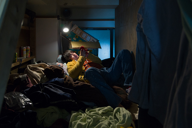 won_kim_enclosed10-jpg.23367_Portraits Of Backpackers Living In A Tiny, Hidden Hotel In Tokyo_Asia_Squat the Planet_4:55 AM